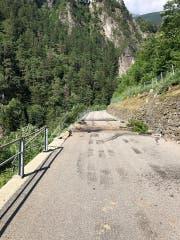 Hier ist der Lastwagen von der Fahrbahn abgekommen. (Bild: Kantonspolizei Uri)