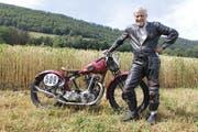 Hugo Stofer mit seinem antiken Motorrad und der passenden Schutzbekleidung. Sie erfüllt mit Lederkombi, Rückenpanzer und Stiefeln die Vorschriften. (Bild: Fränzi Göggel)