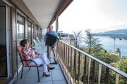Robi Niederberger spielt Monika Odermatt-Planzer ein Ständchen auf seinem Balkon. (Bilder: Dominik Wunderli, Luzern, 16.Juli 2019)