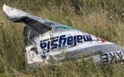 Ein Trümmerteil der abgeschossenen Maschine auf einem Feld in der Ostukraine. 298 Menschen kamen beim Absturz ums Leben. (Bild: Igor Kovalenko/EPA, Grabovo, 20. Juli 2014)