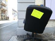Mit dem gelben Zettel weist Entsorgung St.Gallen daraufhin, dass Spermüll nicht illegal - also ohne Gebührenmarke - entsorgt werden darf. (Bild: Marlen Hämmerli)