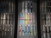 Die Uhren von Swatch waren im ersten Semester weniger gefragt als zuletzt. (Bild: KEYSTONE/PETER KLAUNZER)
