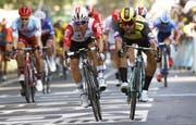 eCaleb Ewan (Mitte) sprintet als Sieger ins Ziel. (Bild. Yoan Valat/EPA, 17. Juli 2019)