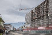 Auf der Achse Sprengi-Seetalplatz soll Verdichtung weiterhin möglich sein – hier links das Tramhüsli und rechts die im Bau befindliche Centralplaza-Überbauung. (Bild: Pius Amrein, Emmen 17. Juli 2019)