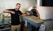 Ahmed Mohammed Ismael in der Archidee Pizzeria in Unterägeri. (Bild: Stefan Kaiser, 16. Juli 2019)