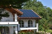 Fotovoltaik-Anlage auf einem Wohnhausdach in Oberschan: In der Schweiz wird erst rund drei Prozent des Potenzials für Solarstrom genutzt. (Bild: Heini Schwendener)