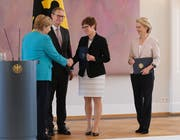 Angela Merkel gratuliert der neuen Deutschen Verteidigungsministerin Annegret Kramp-Karrenbauer. Rechts ihre Vorgängerin, die frischgewählte EU-Kommissionspräsidentin Ursula von der Leyen. (Bild: Sean Gallup/Getty, Berlin, 17. Juli 2019)