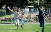 Mit fliegenden Drachen rennen die Kinder um die Wette. (Bild: Stefan Kaiser, Zug, 16. Juli 2019)