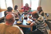 Die Camper sitzen gerne zum gemütlichen Essen zusammen.