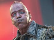 Der Frontsänger der deutschen Rockband Rammstein an einem Konzert in Deutschland. Die Band setzt im Kampf gegen den Tickethändler auf personalisierte Tickets. (Bild: Boris Roessler/Keystone/DPA)