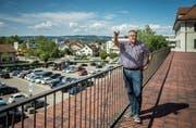 Blick auf den neuen Chilbi-Platz auf dem Oberen Mätteli: Marktchef Markus Graf erklärt die neue Situation. Bild: Reto Martin