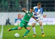 St. Gallens Marco Aratore im Kampf um den Ball gegen GC Spieler Emil Bergstroem. (Bild: KEY)