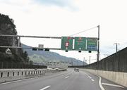 Vor dem Kirchenwaldtunnel wird der Verkehr auf verschiedene Spuren verteilt. (Bild: Markus von Rotz, Stansstad, 12. Juli 2019)
