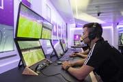 Der Video Assistant Referee (VAR) verfolgt das Spiel. (Bild: Ennio Leanza/Keystone (Volketswil, 17. Juli 2019))