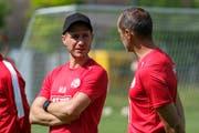 Fitnesstrainer Michael Müller (links) im Gespräch mit FCL-Coach Thomas Häberli.(Bild: Martin Meienberger/Freshfocus, Luzern, 17. Juni 2019)