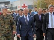 Der zurückgetretene kosovarische Regierungschef Ramush Haradinaj (Mitte), hier bei einem Besuch der deutschen KFOR-Militärbasis in Prizren. (Bild: KEYSTONE/AP/VISAR KRYEZIU)