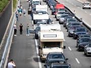 Reisende in Richtung Süden brauchen vor dem Gotthardtunnel viel Geduld. (Bild: KEYSTONE/ALEXANDRA WEY)
