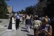 In Aufruhr: Personen in Athen. (Bild: Petros Giannakouris / AP)
