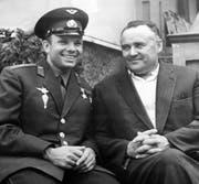 """Sergej Koroljow (rechts), der """"Chefkonstrukteur"""", mit Juri Gagarin, dem ersten Menschen im Weltraum. Bild: IMAGO"""