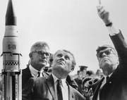 Präsident John F. Kennedy mit Wernher von Braun und NASA-Chefadministrator Robert Seamans (mit Brille, links). Das Bild entstand am 16. November 1963, eine Woche vor Kennedys Tod. Bild: KEY