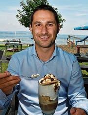 Stadtpräsident Gabriel Macedo nimmt im Strandbad Amriswil ein Café-Glacé. (Bild: Manuel Nagel)