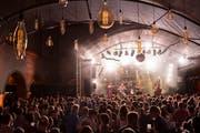 Am Kulturfestival kommen sich Publikum und die auftretende Band - hier Bukahara - sehr nah. (Bild: Urs Bucher)