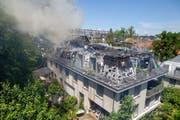 Qualmender Rauch: Am Montag brannte an der Berglistrasse 21 in Luzern ein Dachstock aus. (Bild: PD/Feuerwehr Luzern)