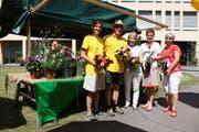 Kathrin Goop und Christian Müller (Müko), Sandra Lehnherr (Ölküche PHW), Helene Kind-Thoeny (Kräuterfachfrau/Naturpädagogin) sowie Erika Beer (Aktivierung PHW) bewirten den Marktstand mit Rosen. (Bild: PD)
