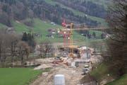 Die Brücke über die Thur, die Bahnlinie und die Kapplerstrasse ist das markanteste Bauwerk der 2.Etappe der Umfahrung Wattwil. (Bild: Martin Knoepfel)