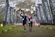 Mathias Nüesch (r.) erreicht mit Supporter und Bruder Paul Nüesch das Ziel des Swissman Xtremem Triathlon auf der Kleinen Scheidegg. (Bild: PD)