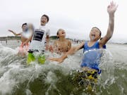 Kinder planschen erstmals seit acht Jahren wieder am Strand von Minamisoma.Bild: Imago Images