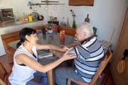 Pflegerin Ramona Walser misst dem pensionierten Bauer Werner Spörri * nach der Körperpflege den Blutdruck. (Bild: Urs Bucher, Mels, 16. Juli 2019)