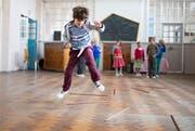 Tanzen ist ein Unterrichtsfach, Gartenbau auch. An allen 1092 Steinerschulen der Welt. Hier Kinder an der Cardiff Steiner School in England. (Bild: Alamy)