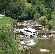 Der Wagen blieb zwischen den Steinen im Bachbett hängen. (Bild: Leserreporter Bote der Urschweiz)