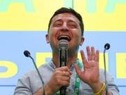 Der Ex-Komiker hat gut lachen: Wolodimir Selenski hat sich mit einem Erdrutschsieg die Machtbasis im ukrainischen Parlament geschaffen, um seine politischen Pläne umsetzen zu können. Er kann mit grösster Sicherheit alleine regieren. (Bild: KEYSTONE/EPA/TATYANA ZENKOVICH)