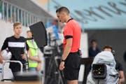 Schiedsrichter Lionel Tschudi konsultiert die TV-Bilder. (Bild: Urs Bucher)