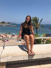 Strandpromenade und Schulbank statt Eishockey und Bürojob: Vanessa Bolinger (hier in Nizza) nimmt sich eine Auszeit. Bild: PD (7. Juli 2019)
