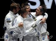 Benjamin Steffen, Lucas Malcotti, Michele Niggeler und Max Heinzer (von links) bejubeln die Bronzemedaille. (Bild: Balazs Czagany/EPA)