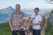 Das Wirtepaar Christine und Josef Lussi-Waser vom Hotel Rössli spendet das Siegerrind. (Bild: PD)