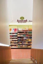 Von der Lounge-Ecke im Obergeschoss gelangt man in den Alnatura-Biosupermarkt. (Bild: Jakob Ineichen, Luzern, 24. Juli 2019)