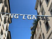 """The second """"E"""" in the word Engelgasse was torn from the suspension during construction. (Photo: Stadtviser)"""