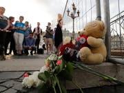 Trauernde gedenken in St. Petersburg der getöteten Aktivistin Elena Grigorjewa. Sie setzte sich für die Rechte von Schwulen, Lesben, Bisexuellen und Transgender (LGBT) ein. (Bild: KEYSTONE/EPA/ANATOLY MALTSEV)