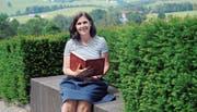 Rita Breu aus Appenzell nimmt regelmässig im Hof Weissbad ihr rotes Buch hervor und erzählt den Besucherinnen und Besuchern die berühmtesten Sagen.Bild: Astrid Zysset