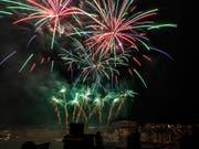 Das Feuerwerk auf dem Rhein in Basel (hier eine Aufnahme von 2018) wird im gewohnten Rahmen stattfinden. (Bild: KEYSTONE/GEORGIOS KEFALAS)