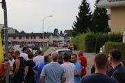 Gespannt blicken die Wiler auf den Einmarsch der GC-Fans. (Bild: Hans Suter)