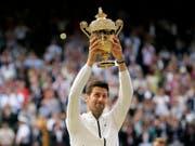 Braucht nach seinem physisch und mental kräftezehrenden Triumph in Wimbledon eine längere Pause: die Weltnummer 1 Novak Djokovic (Bild: KEYSTONE/AP/TIM IRELAND)