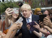 Boris Johnson posiert am Freitag für Selfies in North Road Birmingham. (Bild: Keystone)