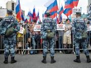 Die Polizei in Russland hat am Freitagabend zahlreiche Ort von Oppositionspolitikern durchsucht - die geschah just vor neuen Protesten am heutigen Samstag. (Bild: KEYSTONE/AP/PAVEL GOLOVKIN)