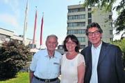 Von links: Ruedi Steinegger, Claudia Pfyl und Felix Barmettler vor dem Pflegezentrum Seematt. (Bild: Edith Meyer)