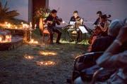 Stradivari Quartett im Kerzenlicht bei der Kappelle Kindlikapelle in Gersau.(Bild: Nadia Schärli, 25. Juli 2019)